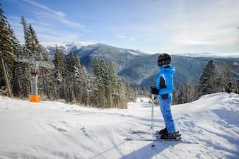 Mulher se preparando para esquiar na pista de esqui contra ski-lift