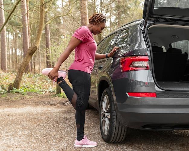 Mulher se preparando para um treinamento de roupas esportivas
