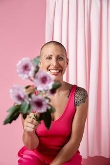 Mulher se recuperando após câncer de mama