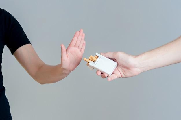 Mulher se recusou a fumar. nenhum conceito de fumar.
