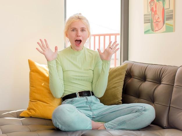 Mulher se sentindo feliz, animada, surpresa ou chocada, sorrindo e espantada com algo inacreditável