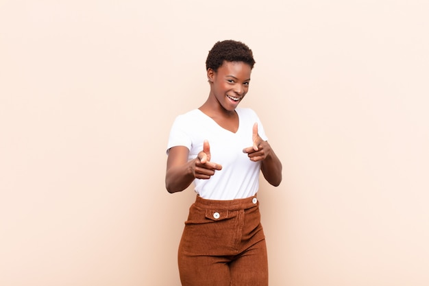 Mulher se sentindo feliz, legal, satisfeito, relaxado e bem sucedido, apontando