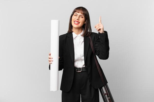 Mulher se sentindo um gênio feliz e animado depois de realizar uma ideia, levantando alegremente o dedo, eureka!
