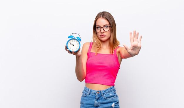 Mulher se sentindo zangada, irritada, irritada, decepcionada ou descontente, mostrando os polegares para baixo com um olhar sério