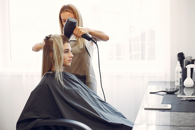 Mulher, secar cabelo, em, um, hairsalon