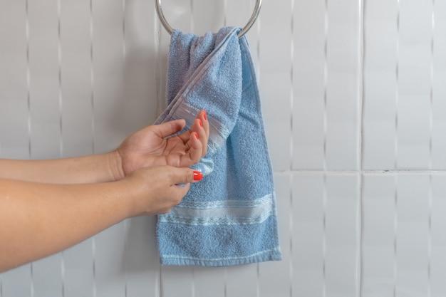 Mulher, secar, mãos, com, toalha