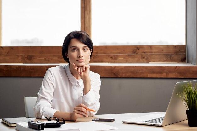 Mulher secretária escritório trabalho laptop profissional