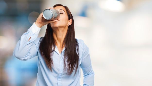 Mulher sedento recuperação de energia