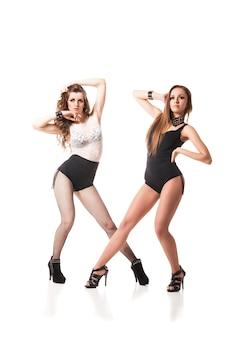 Mulher sedutora de dançarinas go-go posando isolada contra um fundo branco