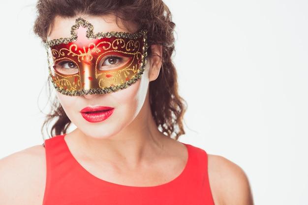 Mulher sedutora em máscara de carnaval