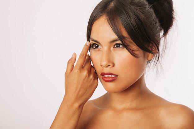 Mulher sedutora posta após tratamento de beleza