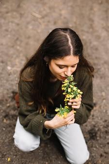 Mulher segura, algum, wildflowers, em, natureza