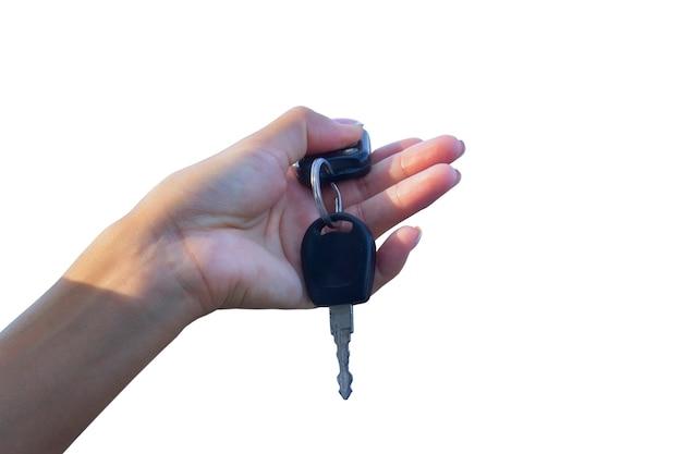 Mulher segura as chaves do carro, isoladas no fundo branco. conceito sobre o tema da compra e aluguel de um automóvel.
