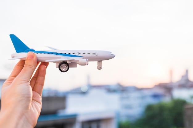 Mulher segura, avião brinquedo