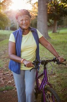 Mulher segura bicicleta