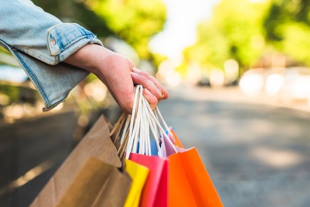Mulher segura, bolsas compras, em, mão