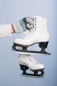 Mulher segura, branca, patins, em, mão