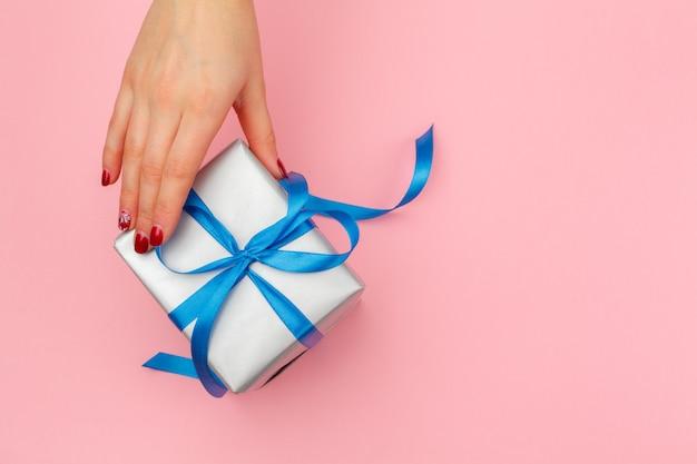 Mulher segura, caixa presente, ligado, cor-de-rosa