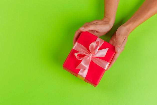 Mulher segura, caixa presente, ligado, cor