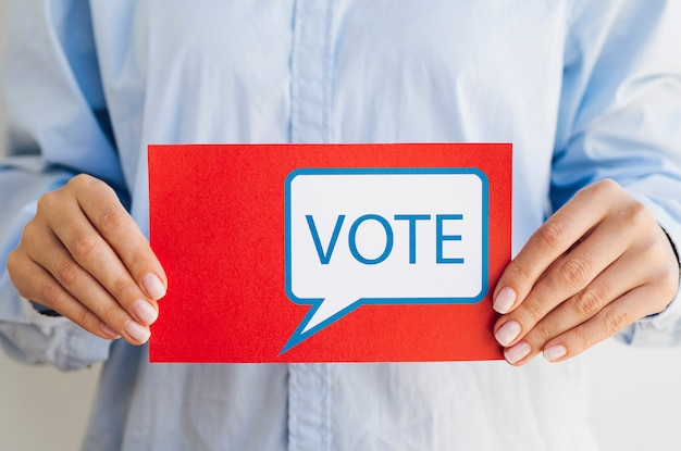 Mulher segura, cartão vermelho, com, voto, fala, bolha