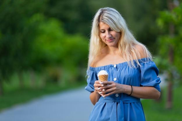 Mulher segura, casquinha sorvete