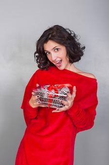 Mulher segura, cesta, com, presentes