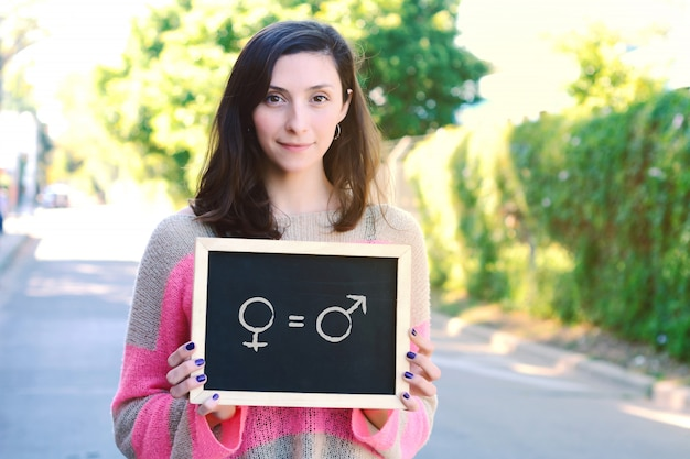 Mulher segura, chalkboard, com, femininas, e, macho, símbolo