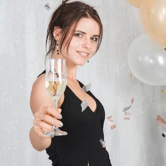 Mulher segura, champanhe, vidro