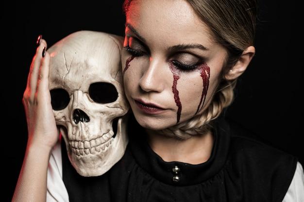 Mulher segura, cranio, ligado, ombro