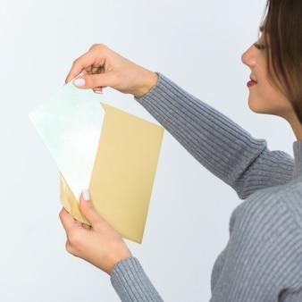 Mulher segura, envelope, com, em branco, papel