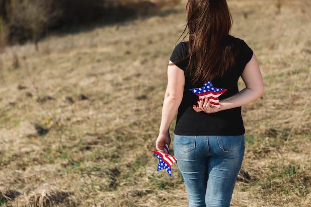 Mulher segura, estrela, com, emblema, de, bandeira americana