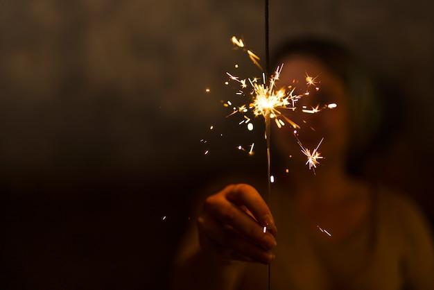 Mulher segura, flamejante, luz bengal
