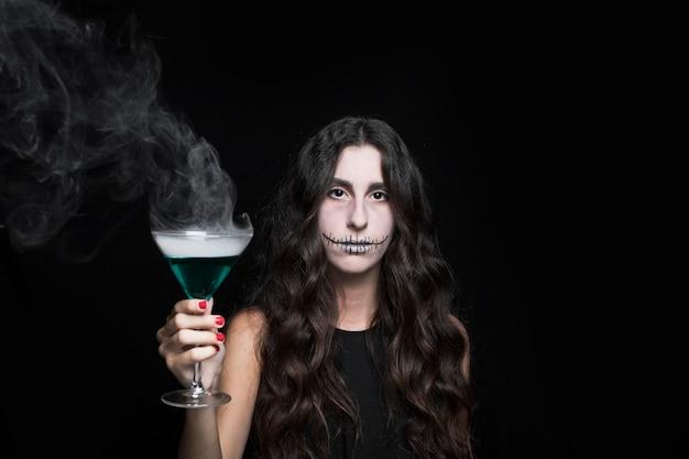 Mulher segura, goblet, com, fumar, turquesa, líquido