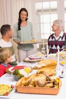 Mulher segura, jantar natal, com, família, em, dinning, tabela