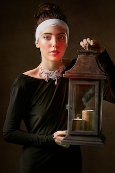 Mulher segura, lanterna lâmpada