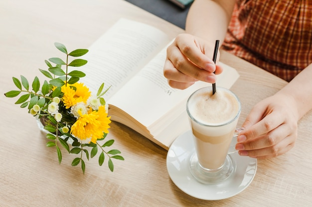 Mulher segura, latte, copo, enquanto, sentando, em, caf�