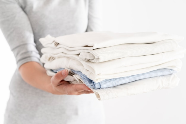 Mulher segura, limpo, pilha roupa