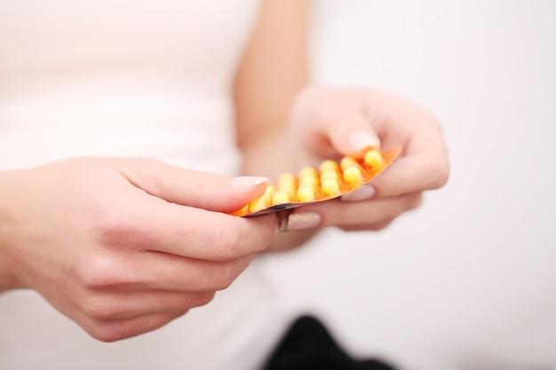 Mulher segura, medicamentos, em, dela, mãos