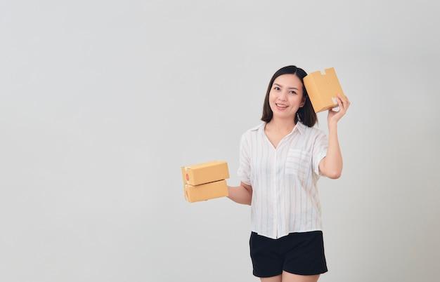 Mulher segura, pacote, pacote, caixa