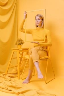 Mulher segura, quadro, ao redor, rosto, em, um, amarela, cena
