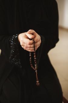Mulher segura, rosário, e, orando