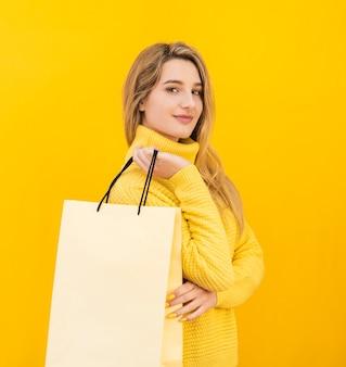 Mulher segura, sacola compras
