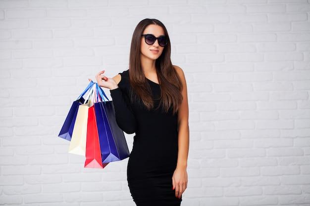 Mulher segura sacolas de compras