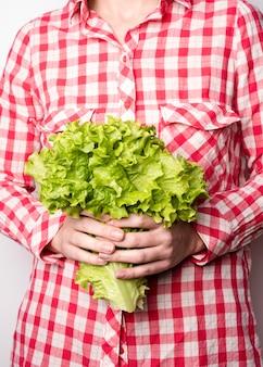 Mulher segura, salada fresca