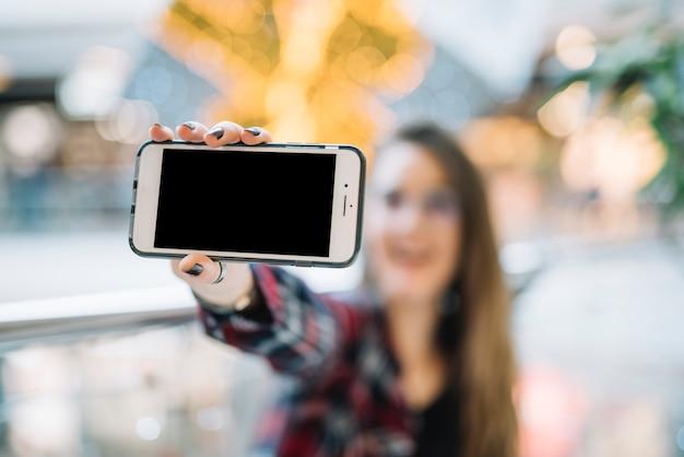 Mulher segura, smartphone, com, em branco, tela