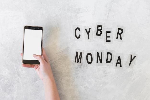 Mulher segura, smartphone, perto, cyber, segunda-feira, inscrição