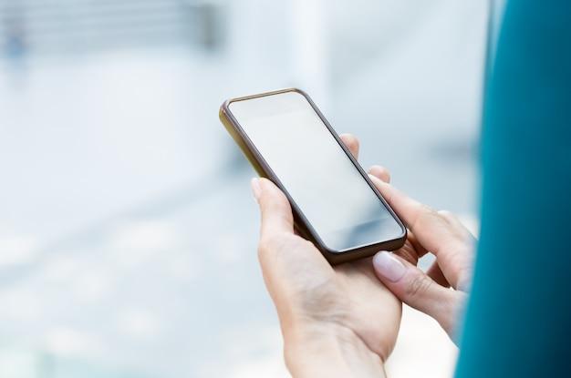 Mulher segura smartphone