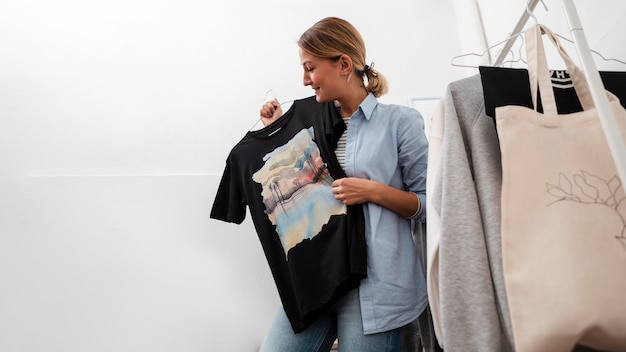 Mulher segura, t-shirt, e, sorrindo