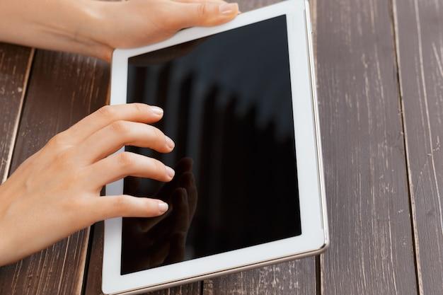 Mulher segura, tablete digital, closeup