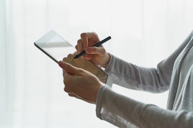 Mulher segura, tablete, e, escrita, ligado, pessoa, com, dispositivo, lado, vista, closup